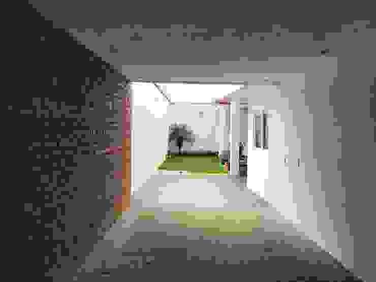 """Hardscape """"M+O"""" Jardines modernos de [GM+] Arquitectos Moderno"""