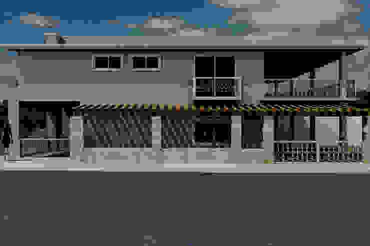 Fachada sur Casas eclécticas de M4X Ecléctico Concreto reforzado