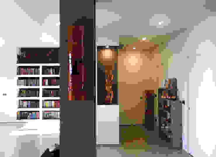 Studio 06 Pasillos, vestíbulos y escaleras de estilo moderno
