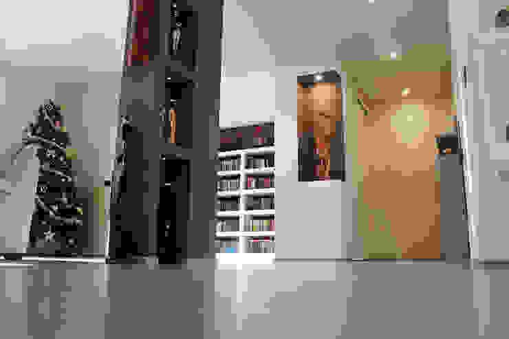 Couloir, entrée, escaliers modernes par Studio 06 Moderne