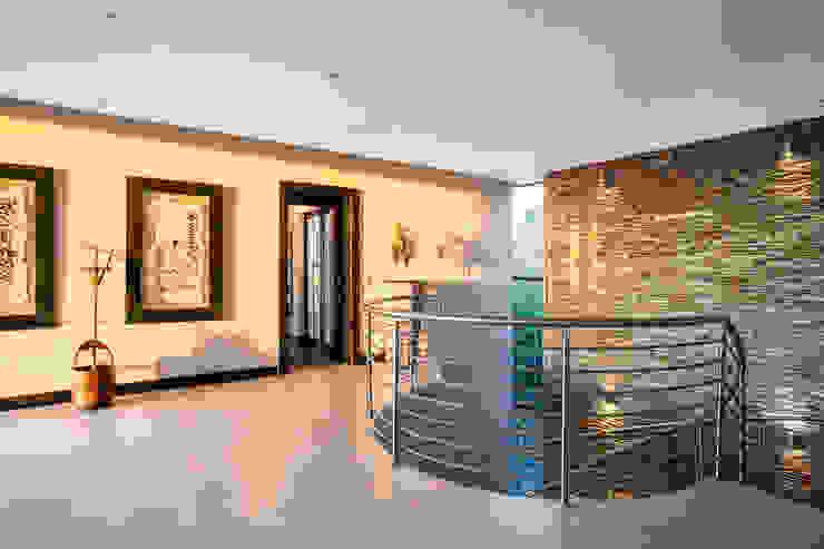 Visual splendour FRANCOIS MARAIS ARCHITECTS Modern corridor, hallway & stairs