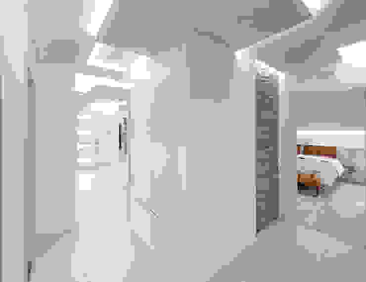 Pasillos, vestíbulos y escaleras minimalistas de SANSON ARCHITETTI Minimalista