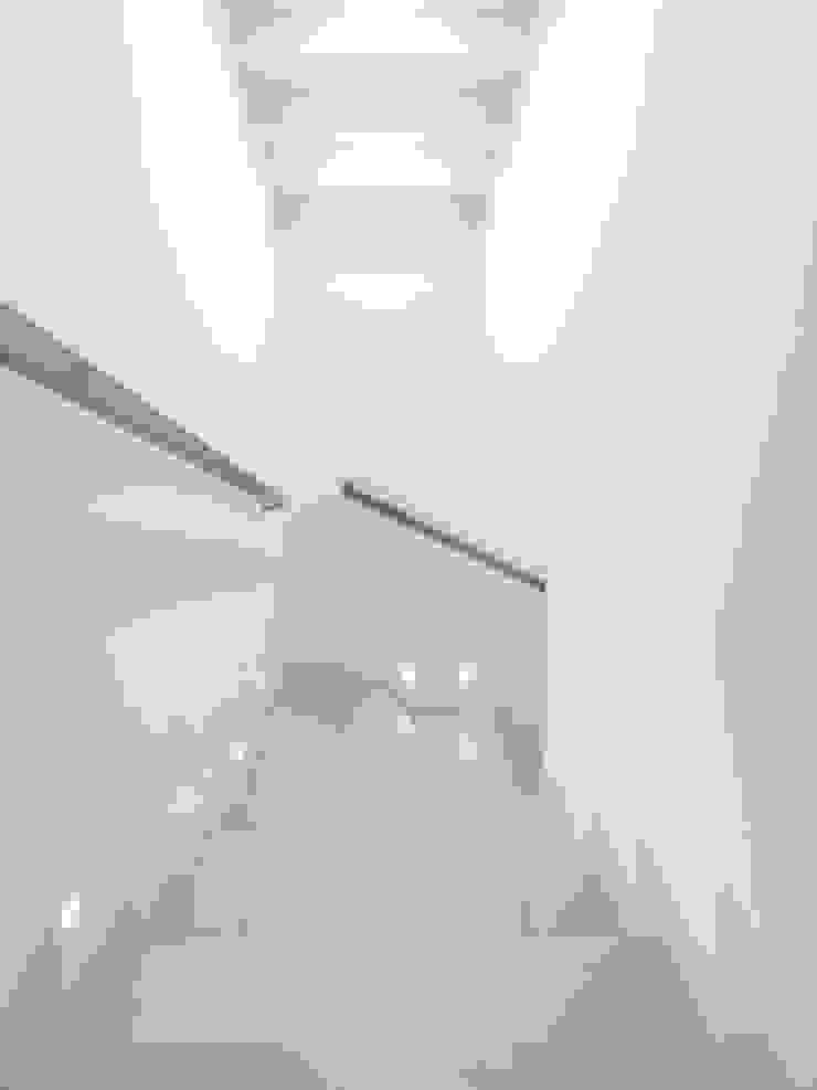 Minimalist corridor, hallway & stairs by SANSON ARCHITETTI Minimalist