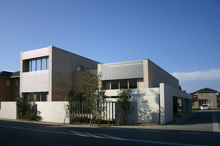 TWO TONE   高級注文住宅 モダンな 家 の Mアーキテクツ 高級邸宅 豪邸 注文住宅 別荘建築 LUXURY HOUSES   M-architects モダン タイル