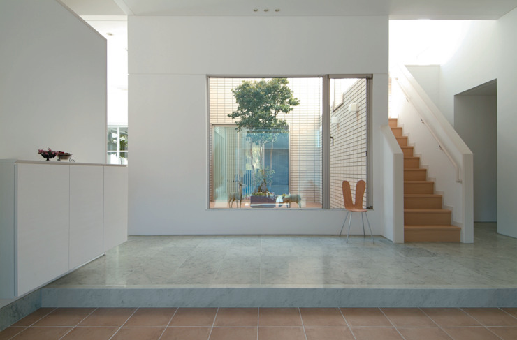 TWO TONE | 高級注文住宅 モダンスタイルの 玄関&廊下&階段 の Mアーキテクツ|高級邸宅 豪邸 注文住宅 別荘建築 LUXURY HOUSES | M-architects モダン 石