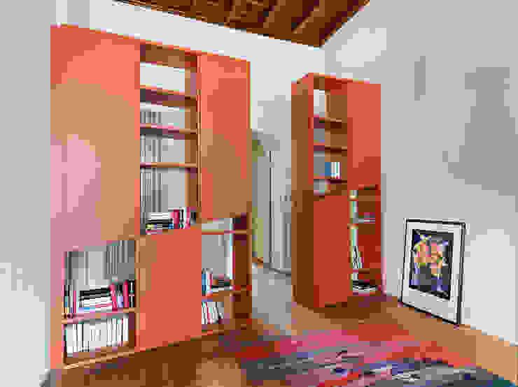 Pasillos, vestíbulos y escaleras de estilo moderno de studio antonio perrone architetto Moderno