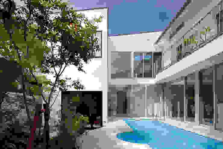 「水と光のある暮らし」吉祥寺のプールハウス 外観とプール モダンな 家 の TAMAI ATELIER モダン