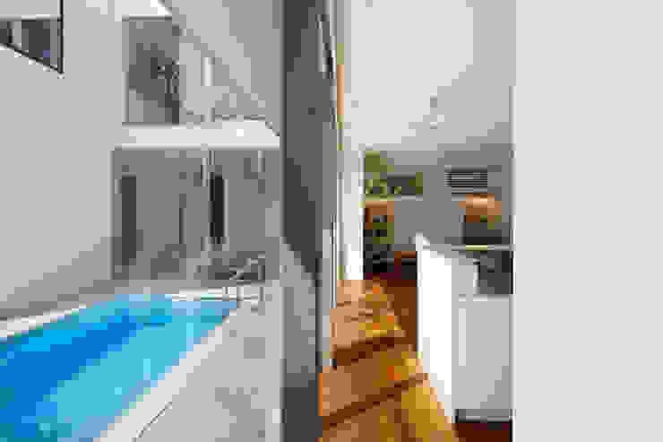 「水と光のある暮らし」吉祥寺のプールハウス LDKとプール モダンな 家 の TAMAI ATELIER モダン