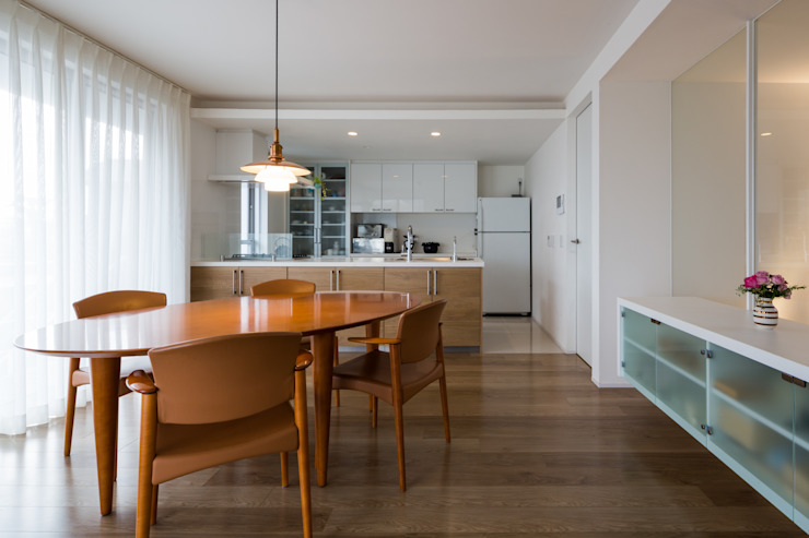 Modern dining room by Kenji Yanagawa Architect and Associates Modern Wood Wood effect