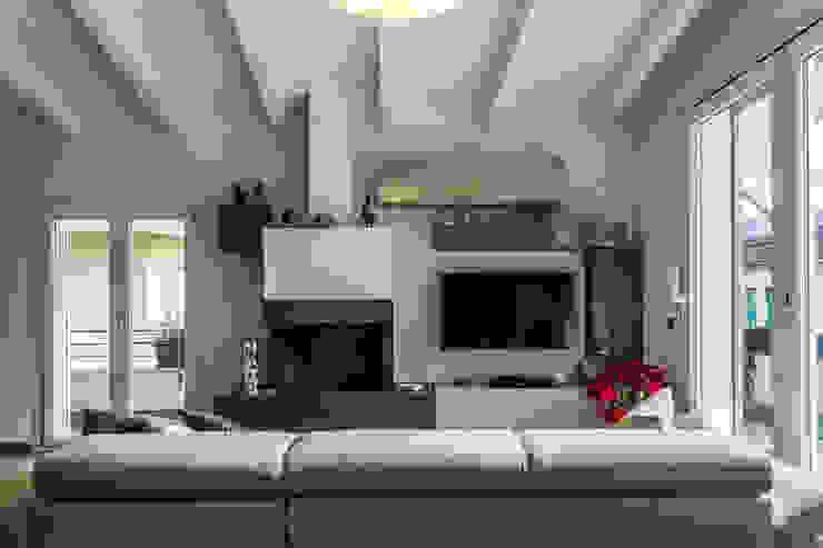 Ruang Keluarga Modern Oleh yesHome Modern