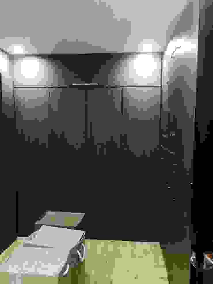 Phòng thay đồ phong cách hiện đại bởi Arqca Hiện đại