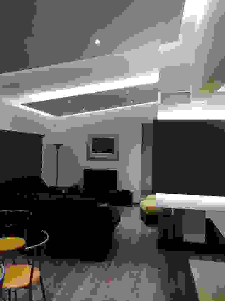 现代客厅設計點子、靈感 & 圖片 根據 Arqca 現代風