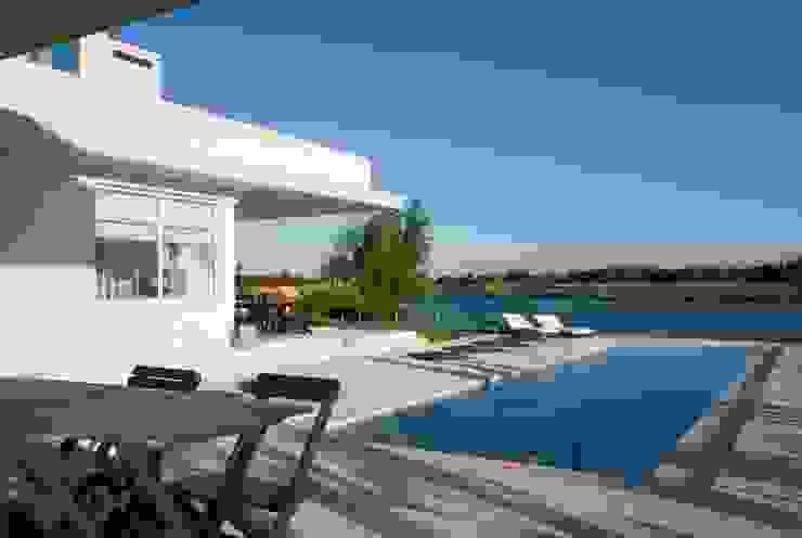 Pileta y lago Casas modernas: Ideas, imágenes y decoración de CIBA ARQUITECTURA Moderno