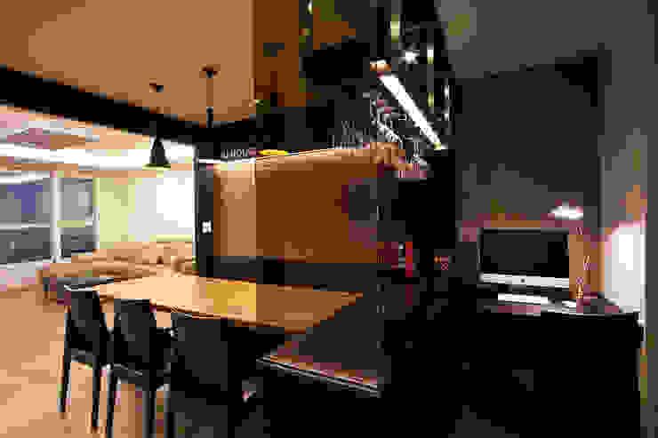 전주인테리어 디자인투플라이 프로젝트 - 고급스러운 다이닝 공간 활용 모던스타일 거실 by 디자인투플라이 모던