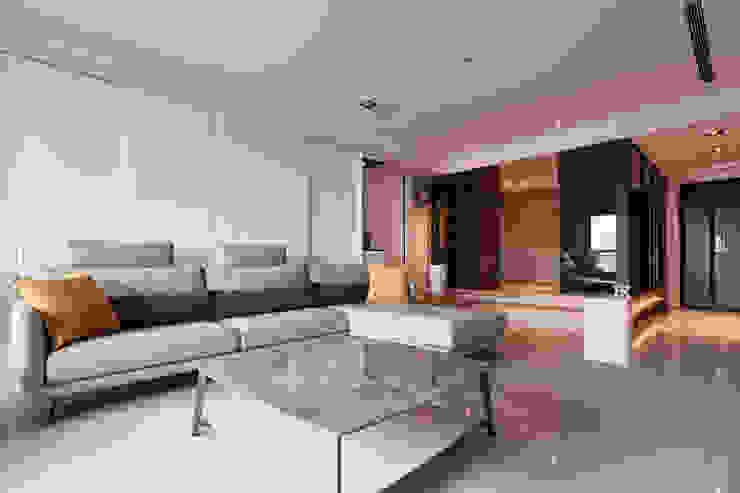 簡約風新居落成 機能X美感的亮麗演出 现代客厅設計點子、靈感 & 圖片 根據 合觀設計 現代風
