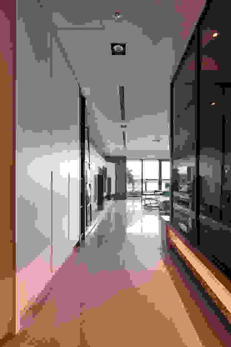 簡約風新居落成 機能X美感的亮麗演出 現代風玄關、走廊與階梯 根據 合觀設計 現代風