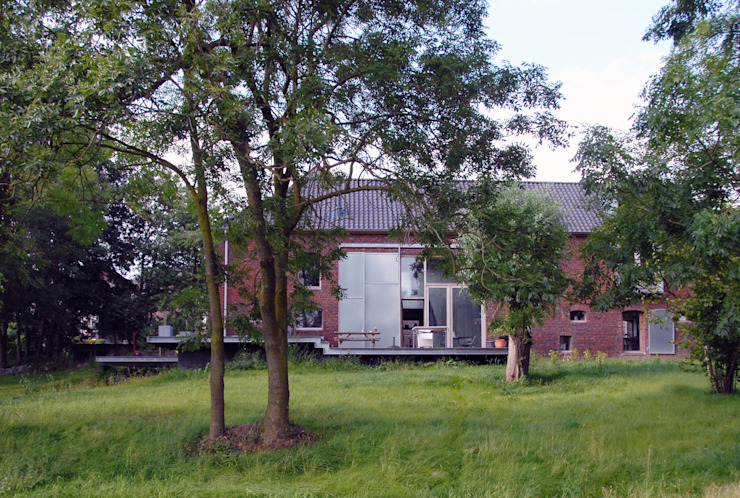 Jeanne Dekkers Architectuur verbouwd traditionele boerderij op bijzondere manier Landelijke tuinen van JEANNE DEKKERS ARCHITECTUUR Landelijk Steen