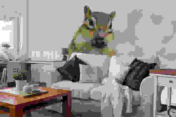 Squirrel Eating Nut Wall Mural Salas de estilo moderno de Wallsauce.com Moderno