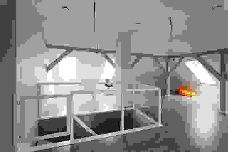 lifestyle-treppen.de Pasillos, vestíbulos y escaleras de estilo moderno Madera