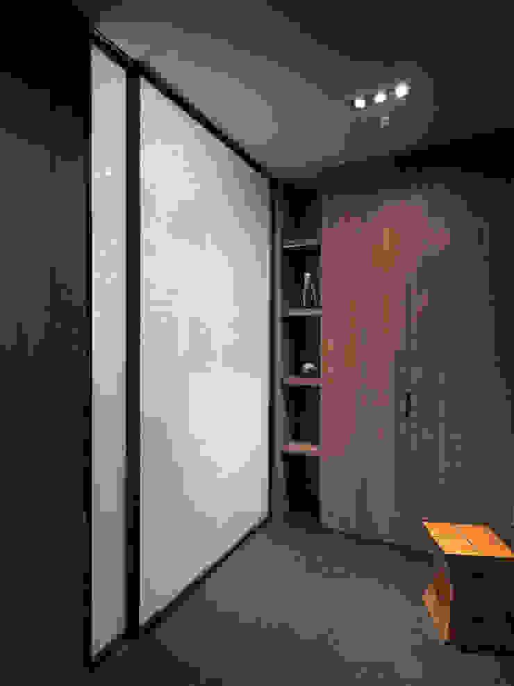 山.嵐 現代風玄關、走廊與階梯 根據 木皆空間設計 現代風