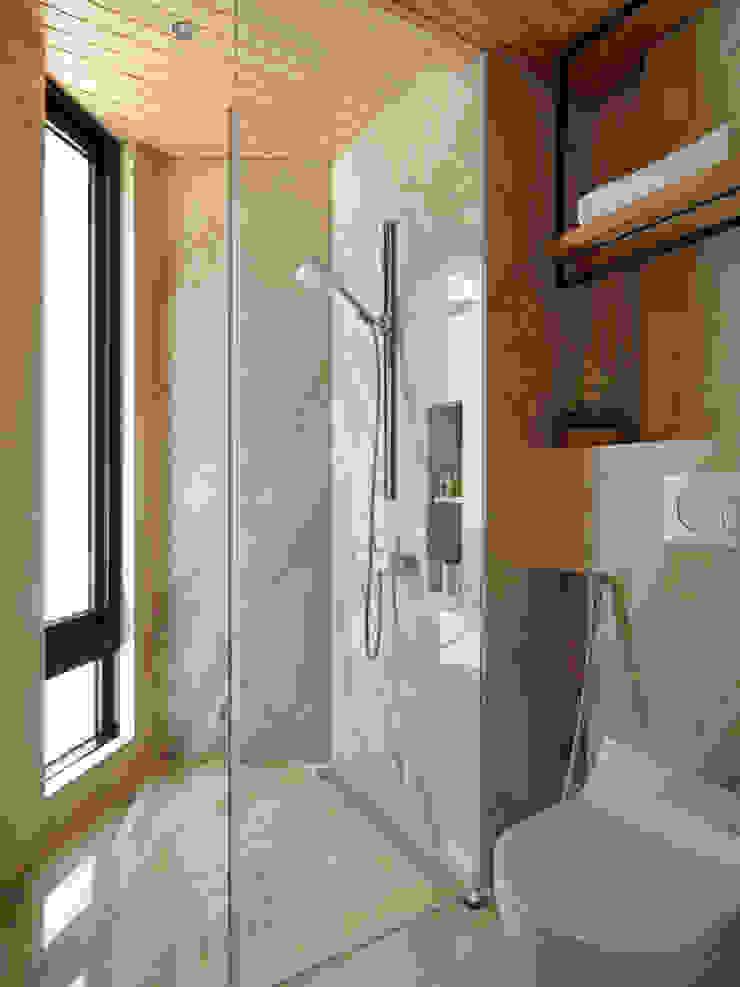 山.嵐 現代浴室設計點子、靈感&圖片 根據 木皆空間設計 現代風