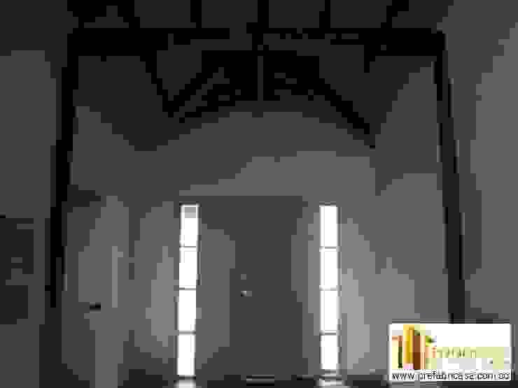 PREFABRICASA Ingresso, Corridoio & Scale in stile classico