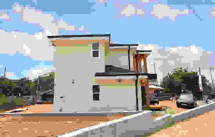 깔끔한 외관과 멋스러운 모임 지붕의 클래식 스타일[경기 용인] 클래식스타일 주택 by 지성하우징 클래식