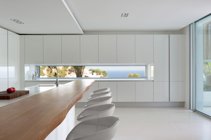 Roca Llisa:  Kitchen by ARRCC, Modern