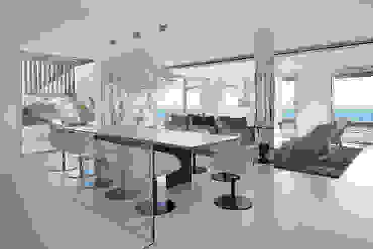 Roca Llisa Modern dining room by ARRCC Modern