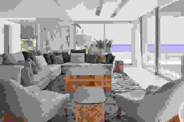 Roca Llisa Modern living room by ARRCC Modern