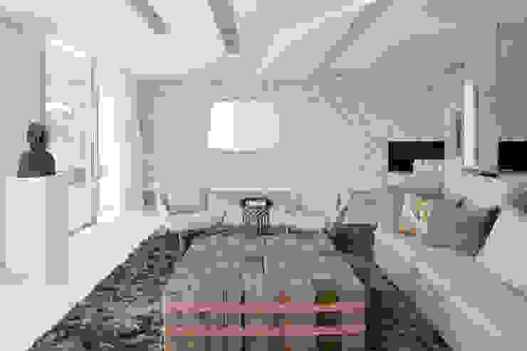 Roca Llisa:  Living room by ARRCC, Modern
