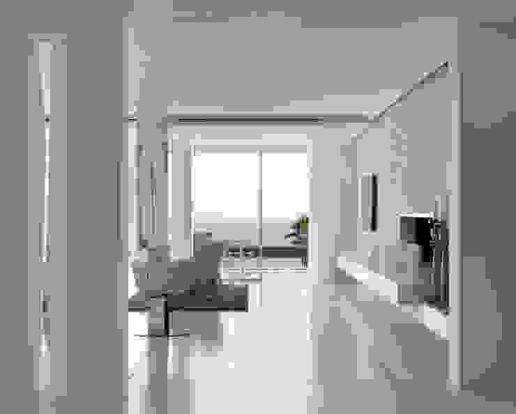Roca Llisa Modern Corridor, Hallway and Staircase by ARRCC Modern