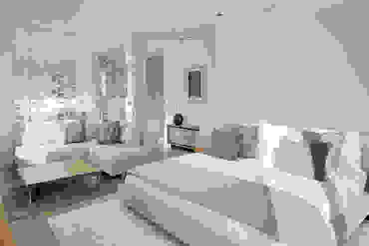 Roca Llisa:  Bedroom by ARRCC, Modern