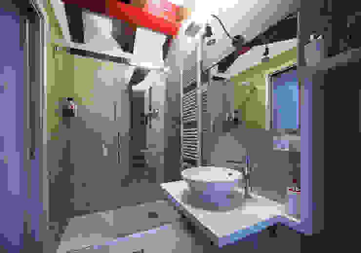 toilette Bagno moderno di LASAstudio Moderno Legno Effetto legno