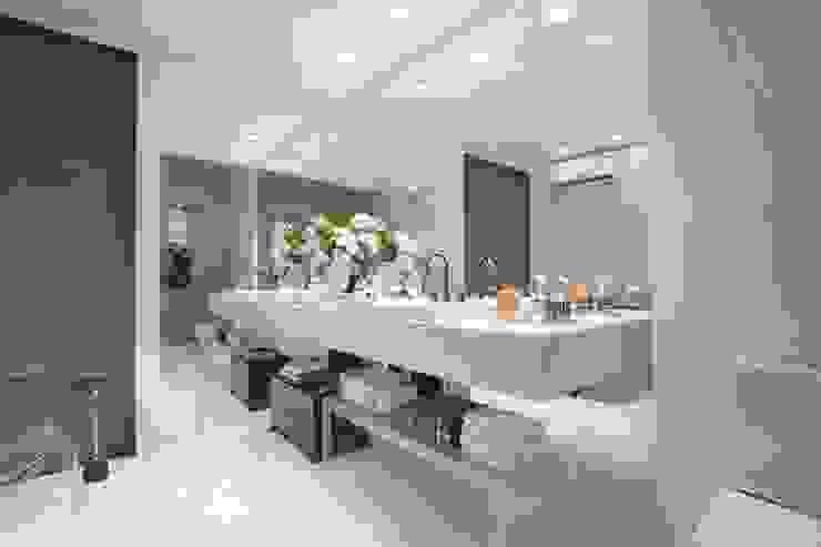 Banheiros e Lavabos Ju Nejaim Arquitetura Banheiros modernos Pedra Branco