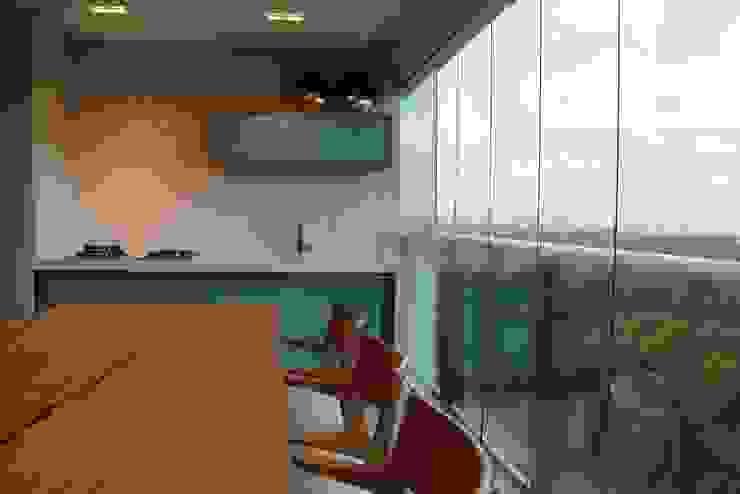 Varandas Varandas, alpendres e terraços modernos por Ju Nejaim Arquitetura Moderno Madeira Efeito de madeira