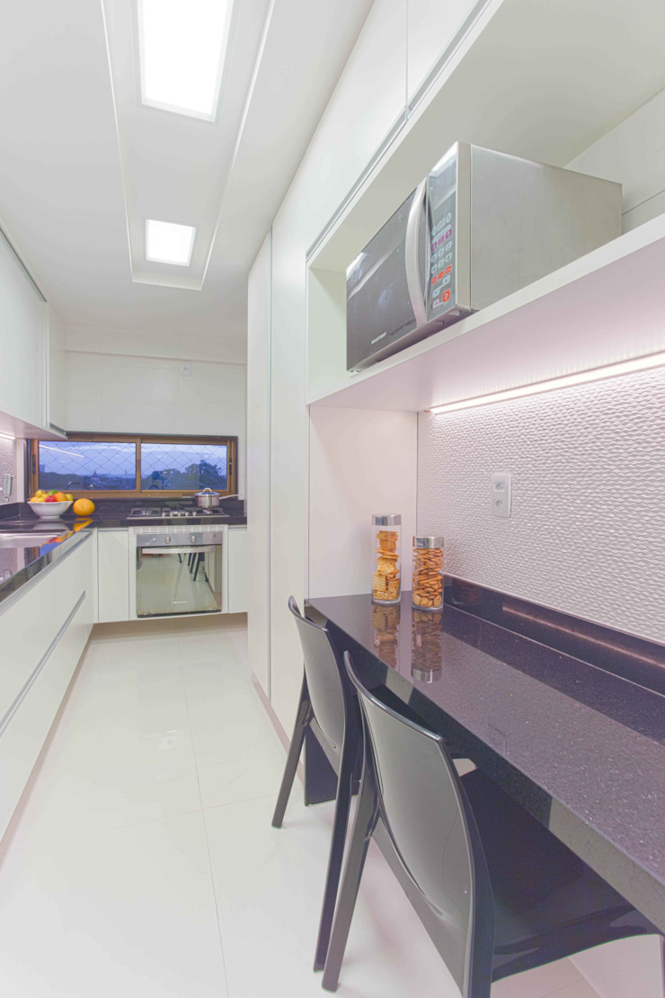 Cozinha branca e preta Classic style kitchen by Ju Nejaim Arquitetura Classic MDF