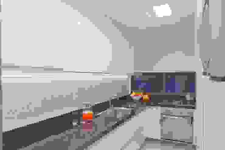 Cozinha branca e preta by Ju Nejaim Arquitetura Classic MDF