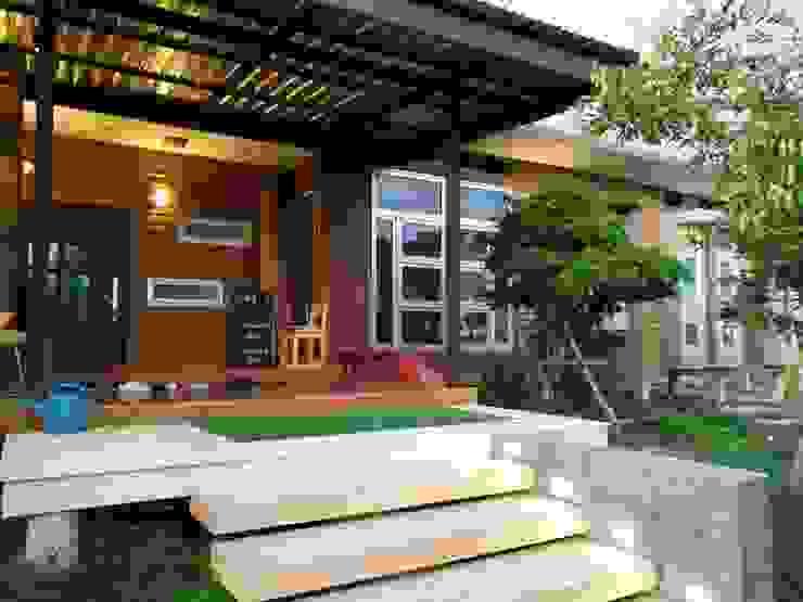 Moderne Häuser von D-Built รับออกแบบสร้างบ้าน Modern Holz Holznachbildung