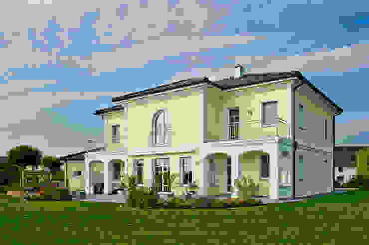 Дома в средиземноморском стиле от WimbergerHaus Средиземноморский