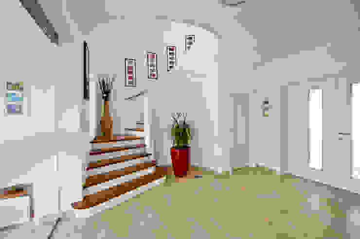 Pasillos, vestíbulos y escaleras de estilo mediterráneo de WimbergerHaus Mediterráneo