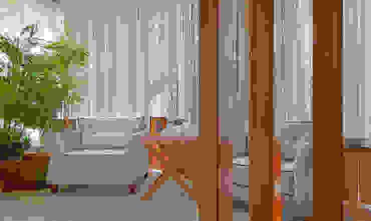 Pasillos, vestíbulos y escaleras modernos de Sgabello Interiores Moderno Tablero DM