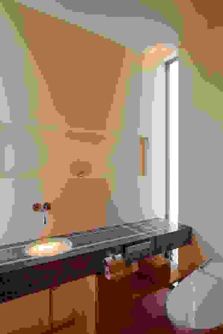 stage Y's 一級建築士事務所 Modern bathroom Tiles White