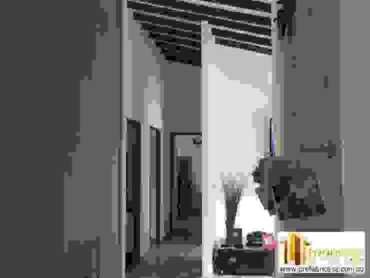 Pasillos, vestíbulos y escaleras de estilo moderno de PREFABRICASA Moderno