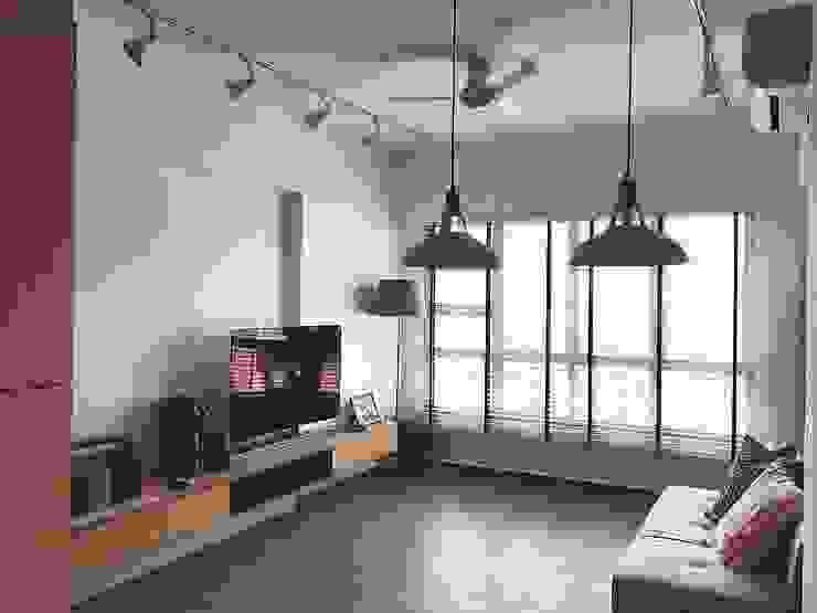 Living room, TV feature wall Scandinavian style living room by Singapore Carpentry Pte Ltd Scandinavian