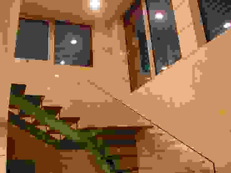Escadas interiores por Área77 - arquitectura, engenharia e design, lda Moderno