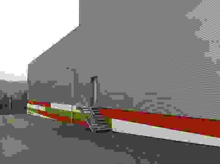 Alçado Sul por Área77 - arquitectura, engenharia e design, lda Moderno Alumínio/Zinco