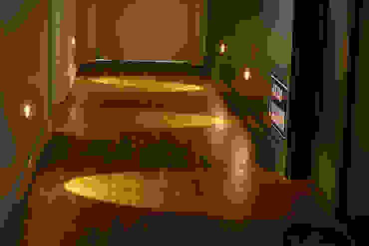 APARTAMENTO PARA MOÇA SOLTEIRA Corredores, halls e escadas modernos por dsgnduo Moderno Madeira Efeito de madeira