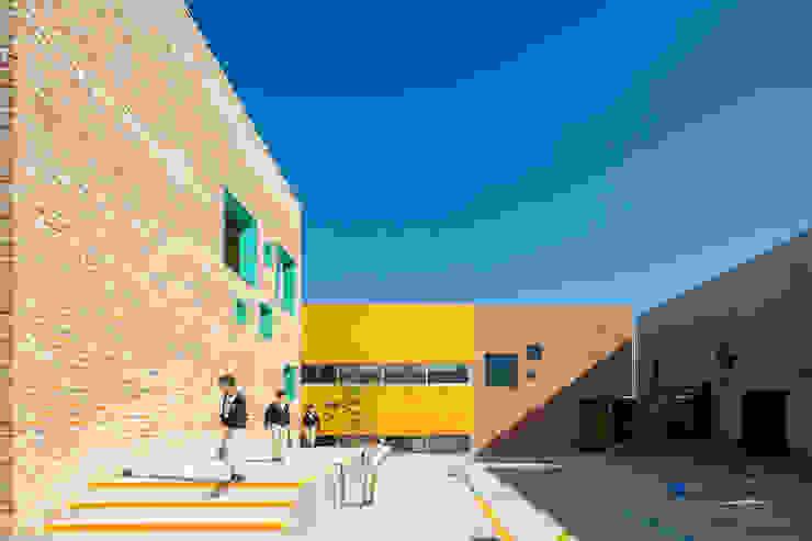 Balcones y terrazas de estilo moderno de ARO estudio Moderno