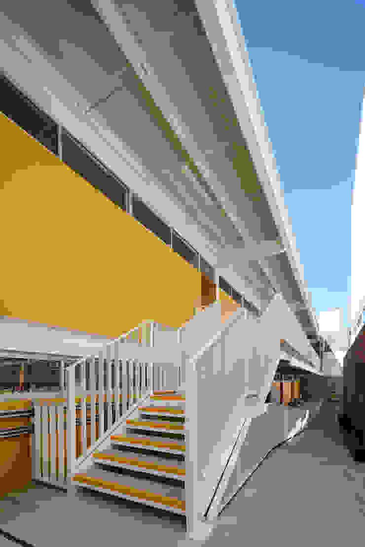 Pasillos, vestíbulos y escaleras de estilo moderno de ARO estudio Moderno